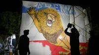 Aremania di Palangkaraya lembur untuk mengerjakan bendera. (Bola.com/Iwan Setiawan)
