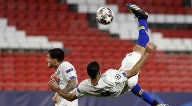 Striker Porto, Mehdi Taremi (kanan) melepaskan tendangan salto yang berbuah gol ke gawang Chelsea dalam laga leg kedua perempatfinal Liga Champions 2020/2021 di Ramon Sanchez Pizjuan Stadium, Sevilla, Selasa (13/4/2021). Porto menang 1-0 atas Chelsea. (AP/Angel Fernandez)