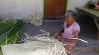 Tikar pandan buatan Dadong Rindu hanya dibayar Rp 15 ribu per lembar. (Liputan6.com/Dewi Divianta)