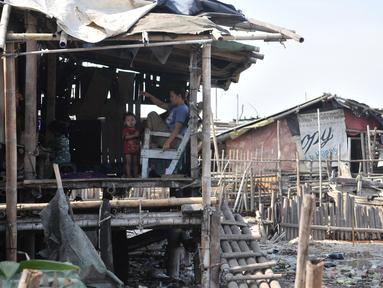 Aktivitas warga di pesisir Kampung Baru, Cilincing, Jakarta, Selasa (22/10/2019). Kampung Baru atau biasa dikenal Kampung Nelayan merupakan salah satu wilayah di Jakarta Utara yang letaknya berdampingan dengan laut. (merdeka.com/Iqbal Nugroho)