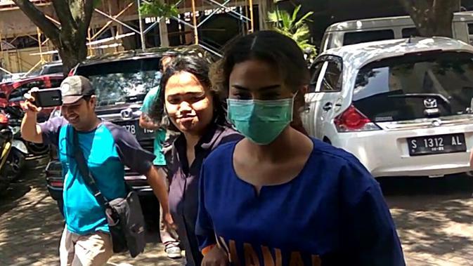 Tersangka kasus prostitusi online di Surabaya, artis VA untuk pertamakalinya mengenakan baju tahanan Polda Jatim berwarna biru, Kamis (7/2/2019).#source%3Dgooglier%2Ecom#https%3A%2F%2Fgooglier%2Ecom%2Fpage%2F%2F10000