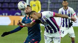 Gelandang Real Valladolid, Jawad El Yamiq (kanan) berduel udara dengan gelandang Sevilla, Lucas Ocampos dalam laga lanjutan Liga Spanyol 2020/2021 pekan ke-28 di Jose Zorrilla Stadium, Valladolid, Sabtu (20/3/2021). Valladolid bermain imbang 1-1 dengan Sevilla. (AFP/Cesar Manso)