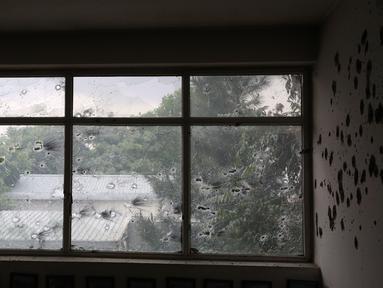 Jendela rumah sakit yang rusak menyusul serangan di Kabul, ibu kota Afghanistan (12/5/2020). Sebanyak 18 orang, termasuk tiga penyerang, tewas dan 17 orang lainnya terluka setelah dua ledakan dan penembakan di rumah sakit bersalin tersebut. (Xinhua/Rahmatullah Alizadah)