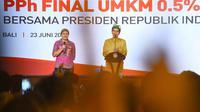 Presiden Jokowi mendengarkan cerita seorang pengusaha tentang KUR dalam sosialisasi PPh Final UMKM 0,5% di Bali, Sabtu (23/6). Pengusaha itu lebih memilih berfoto bersama Jokowi dibandingkan mendapat hadiah sepeda. (Liputan6.com/Pool/Biro Pers Setpres)