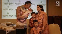 Ibas Yudhoyono mencium putrinya Gayatri Idalia Yudhoyono yang baru lahir saat jumpa pers di RS Pondok Indah, Jakarta, Selasa (2/1). Gayatri lahir dengan berat 3590 gram dan panjang badan 48 centimeter. (Liputan6.com/Faizal Fanani)