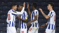 Para pemain FC Porto merayakan gol kedua yang dicetak gelandang Evanilson Barbosa (kiri) ke gawang Rio Ave dalam laga lanjutan Liga Portugal 2020/21 di Dragao Stadium, Porto, Senin (1/2/20201). FC Porto menang 2-0 atas Rio Ave. (AFP/Miguel Riopa)