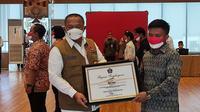 Ketua Satgas Penanganan COVID-19 Ganip Warsito memberikan penghargaan Kepada Pejuang Kemanusiaan Penanganan COVID-19 di Graha BNPB, Jakarta, Selasa (17/8/2021). (Dok BNPB)