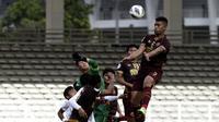 Bek PSM Makassar, Hussein El Dor, berusaha menyundul bola saat melawan Shan United pada laga Piala AFC 2020 di Stadion Madya, Senayan, Jakarta, Rabu (26/2). PSM menang 3-1 atas Shan United. (Bola.com/Yoppy Renato)