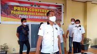 Wakil Direktur Reserse Narkoba Polda Sulut AKBP Raswin Bachtiar Sirait saat memberikan keterangan pers kepada wartawan, Selasa (30/6/2020).