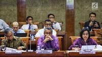 Menteri Keuangan Sri Mulyani Indrawati bersama Gubernur BI Perry Warjiyo dan Ketua Dewan Komisioner OJK Wimboh Santoso mengikuti rapat kerja dengan Komisi XI DPR RI di Kompleks Parlemen, Senin (17/6/2019). Raker itu membahas mengenai asumsi dasar makro dalam RAPBN 2020. (Liputan6.com/Johan Tallo)