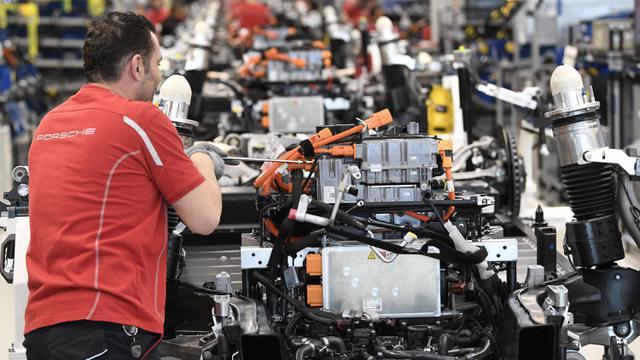 Intip Pembuatan Mobil Listrik Pertama Porsche