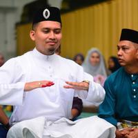 Foto-foto calon pengantin pria yang tengah sibuk main mobile legend saat akan ijab kabul ini pun langsung viral di dunia maya. (Foto: Facebook/Rudy Aqsara)