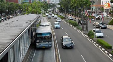 Suasana Jl. Rasuna Said pada siang hari. Menurut para pengendara, terkadang pada malam hari ada sosok gaib yang tiba-tiba menyeberang jalan. (Liputan6.com/Helmi Afandi)