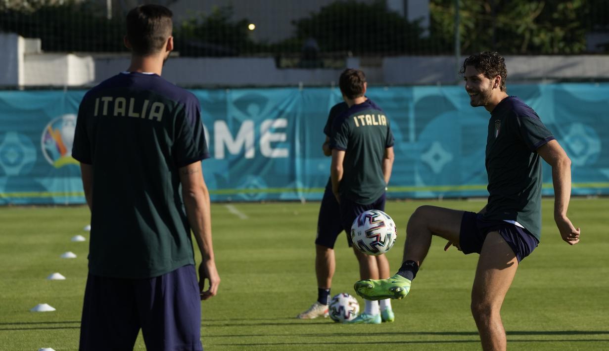 Gelandang timnas Italia, Manuel Locatelli mengontrol bola selama sesi latihan di pusat latihan Acqua Acetosa Roma, Selasa (15/6/2021). Timnas Italia akan meladeni Swiss di Stadio Olimpico, Roma di laga kedua Grup A Euro 2020 pada Kamis, 17 Juni 2021 dini hari WIB. (AP Photo/Alessandra Tarantino)
