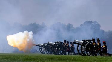 Pasukan Artileri Berkuda Kerajaan menembakkan meriam untuk merayakan ulang tahun Pangeran Philip di Hyde Park, London, Senin (11/6). Tembakan salvo sebanyak 41 kali tersebut menandai hari ulang tahun Pangeran Philip yang ke-97. (AP/Kirsty Wigglesworth)