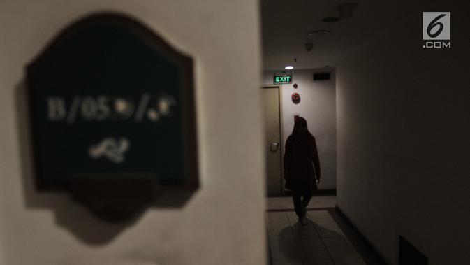 Penghuni melintasi lorong saat berlangsungnya pemadaman listrik di salah satu unit Apartemen Mediterania Palace, Jakarta, Rabu (31/7/2019). Sejumlah unit dan ruko mengalami mati listrik total meskipun penghuni sudah membayar biaya apartemen kepada pihak pengelola. (merdeka.com/Iqbal S. Nugroho)