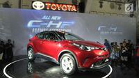 Mobil all new Toyota C-HR dipamerkan saat peluncurannya di Jakarta, Selasa (10/4). Eksterior bagian samping, garis desainnya membentuk cutting berlian sehingga memberikan tampilan yang modern. (Merdeka.com/Arie Basuki)