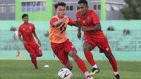 Dua pemain muda Arema FC, Vikrian Akbar dan Pandi Lestaluhu, beradu kemampuan saat berlatih. (Bola.com/Iwan Setiawan)