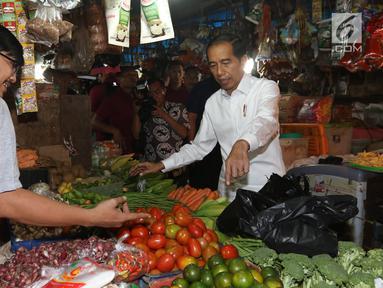 Presiden Joko Widodo atau Jokowi berbelanja saat blusukan di Pasar Minggu, Jakarta, Jumat (22/2). Dalam blusukan tersebut Jokowi memantau harga sembako sekaligus belanja sayur dan buah. (Liputan6.com/Angga Yuniar)