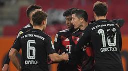 Pemain Bayern Munchen merayakan gol yang dicetak Robert Lewandowski ke gawang Augsburg dalam laga lanjutan Liga Jerman di WWK Arena, Kamis (21/1/2021) dini hari WIB. Bayern Munchen menang 1-0 atas Augsburg. (AFP/Andreas Gebert/pool)
