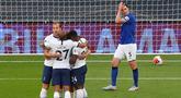 Pemain Tottenham Hotspur merayakan gol ke gawang Everton pada laga lanjutan Premier League di Tottenham Stadium, Selasa (7/7/2020) dini hari WIB. Tottenham menang 1-0 atas Everton. (AFP/Catherine Ivill/pool)
