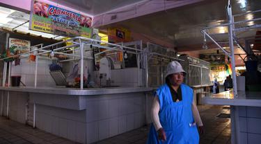 Pandangan kios daging yang kosong di Pasar Rodriguez, La Paz, pada 16 November 2019. Pemblokiran jalan yang dilakukan pendukung mantan Presiden Bolivia Evo Morales membuat kelangkaan bahan makanan, terutama daging dan telur, mulai sulit ditemukan di pasar. (AIZAR RALDES/AFP)
