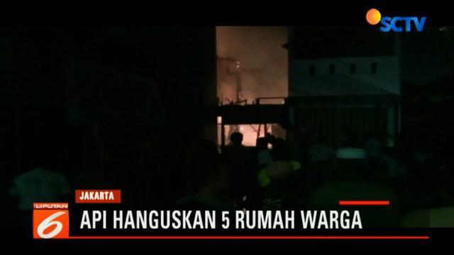 Warga yang berada di pemukiman padat penduduk berupaya memadamkan api yang terus berkobar melahap lima rumah.