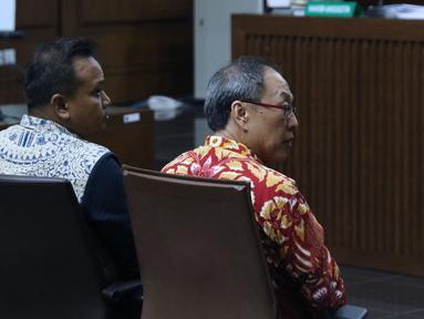 Terdakwa dugaan korupsi pengadaan e-KTP, Irvanto Hendra Pambudi (kiri) dan Made Oka Masagung saat menjalani sidang lanjutan di Pengadilan Tipikor, Jakarta, Rabu (21/11). Sidang mendengar nota pembelaan para terdakwa. (Liputan6.com/Helmi Fithriansyah)