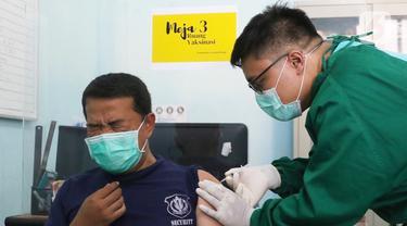 FOTO: Tenaga Kesehatan di Tangerang Selatan Mulai Disuntik Vaksin COVID-19