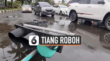 Hujan disertai angin kencang merobohkan tiang lalu lintas di kawasan Daan Mogot Jakarta Barat. Jumat (19/2) pagi sejumlah petugas memindahkan tiang yang melintang di tengah jalan.