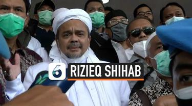 Pemimpin Front Pembela Islam Rizieq Shihab mendatangi Polda Metro Jaya Sabtu (12/12). Ia akan menjalani proses pemeriksaan dalam kasus kerumunan di Petamburan.