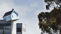 Seorang pria merancang sebuah rumah mungil yang ternyata lokasinya berada di puncak gedung