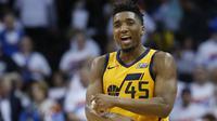 Pebasket Utah Jazz, Donovan Mitchell, melakukan selebrasi saat melawan Oklahoma City Thunder pada gim kedua play-off NBA Wilayah Barat, Rabu (18/4/2018). Jazz menang 102-95 atas Thunder. (AP/Sue Ogrocki)