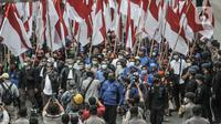 Presiden KSPI Said Iqbal didampingi masa buruh saat menuju ke Mahkamah Konstitusi untuk mengajukan gugatan pembatalan UU Cipta Kerja di kawasan Patung Kuda, Jakarta, Senin (2/11/2020). (merdeka.com/Iqbal S Nugroho)