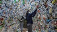 Aktivis Ecological Observation and Wetland Conservation (Ecoton) membuat instalasi yang terbuat dari sampah plastik di Gresik, Jawa Timur, 17 September 2021. Instalasi tersebut untuk meningkatkan kesadaran masyarakat akan sampah plastik di sungai dan lautan. (JUNI KRISWANTO/AFP)