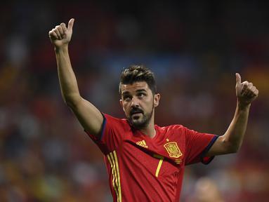 Foto pesepakbola Spanyol David Villa saat merayakan kemenangan usai pertandingan melawan Italia pada kualifikasi Piala Dunia 2018 di stadion Santiago Bernabeu, Madrid pada 2 September 2017. David Villa memutuskan untuk pensiun akhir musim ini. (AFP/Gabriel Bouys)