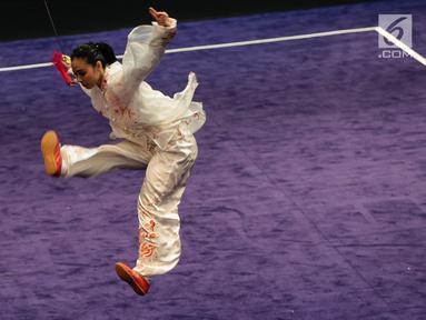 Atlet Timnas Wushu Indonesia Lindswell Kwok saat berlaga dalam pertandingan wushu nomor Tajijian putri di Kuala Lumpur Convention Centre Hall 5, Kuala Lumpur, Malaysia, Selasa (21/8). Lindswell meraih skor 9,68. (Liputan6.com/Faizal Fanani)
