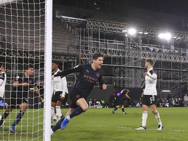 Pemain Manchester City John Stones (kedua kanan) melakukan selebrasi usai mencetak gol ke gawang Fulham pada pertandingan Liga Inggris di Stadion Craven Cottage, London, Inggris, Sabtu (13/3/2021). Manchester City menang 3-0. (Adam Davy/Pool via AP)