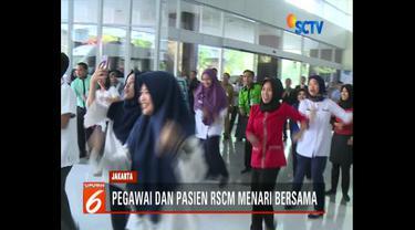 Dokter, suster, petugas keamanan dan kebersihan Rumah Sakit Cipto Mangun Kusumo lakukan flash mob lagu Meraih Bintang milik Via Vallen.