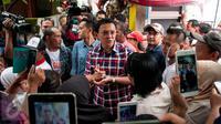 Calon gubernur DKI Jakarta, Basuki Tjahaja Purnama alias Ahok menyambangi warga di kawasan Ciracas, Jakarta Timur, Kamis (2/2). Di sana, Ahok menemui warga sekaligus menyosialisasikan penanggulangan banjir. (Liputan6.com/Gempur M Surya)