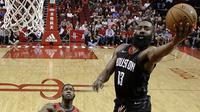 Pebasket Houston Rockets, James Harden, berusaha memasukan bola saat pertandingan melawan New Orleans Pelicans pada laga NBA di Toyota Center, Minggu (25/3/2018). Rockets menang 114-91 atas Pelicans. (AP/Eric Christian Smith)
