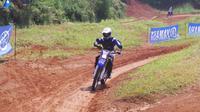 General Manager After Sales & Motorsport PT YIMM, M Abidin, motor trail berstatus CBU itu memiliki performa yang galak.