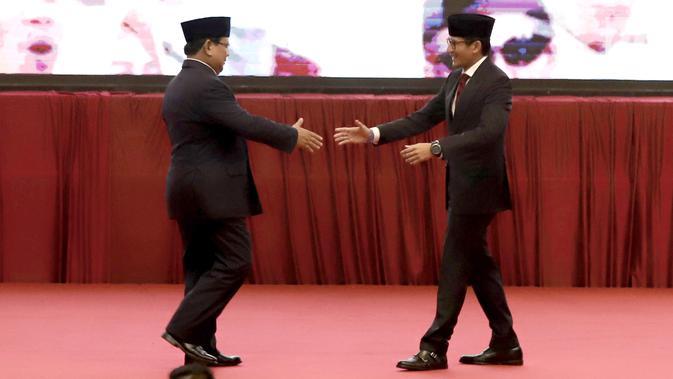 Calon Presiden dan Wakil Presiden nomor urut 02 Prabowo Subianto-Sandiaga Uno berjabat tangan saat pidato kebangsaan di JCC, Jakarta, Senin (14/1). Pidato kebangsaan mengusung Indonesia Menang dengan memaparkan visi misi. (merdeka.com/Iqbal S Nugroho)