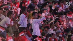 Sejumlah relawan pendukung mengibarkan bendera Merah Putih jelang menyaksikan pidato Visi Indonesia yang akan disampaikan Presiden/Wakil Presiden terpilih 2019-2024, Joko Widodo dan KH Ma'ruf Amin di SICC, Kab Bogor, Jawa Barat, Minggu (14/7/2019). (Liputan6.com/Helmi Fithriansyah)