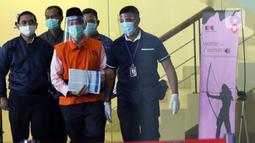 Mantan Anggota Badan Pemeriksa Keuangan (BPK), Rizal Djalil (tengah) digiring petugas sesaat sebelum rilis penahanan di Gedung KPK, Jakarta, Kamis (3/12/2020). Rizal Djalil merupakan tersangka penerima suap proyek Sistem Penyediaan Air Minum di Kementerian PUPR. (Liputan6.com/Helmi Fithriansyah)