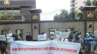Massa Infosos Lampung yang melakukan aksi di depan Mabes Polri, Jakarta, Jumat (19/2/2021), mendesak Polri dan Kemendagri segera menindaklanjuti laporan terkait dugaan penggunaan ijazah palsu Eva Dwiana. (Ist)