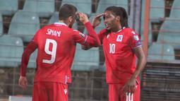 Striker Luksemburg, Gerson Rodrigues (kanan) bersama Daniel Sinani melakukan selebrasi usai mencetak gol ke gawang Portugal dalam laga Kualifikasi Piala Dunia 2022 Zona Eropa Grup A di Josy Barthel Stadium, Luksemburg, Selasa (30/3/2021). Luksemburg kalah 1-3 dari Portugal. (AP/Olivier Matthys)