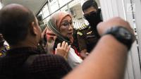 Ratna Sarumpaet menuju ruang tahanan sebelum menjalani sidang perdana di Pengadilan Negeri Jakarta Selatan, Kamis (28/2). Terdakwa kasus penyebaran berita bohong dan keonaran ini akan menjalani sidang perdana. (Liputan6.com/Herman Zakharia)