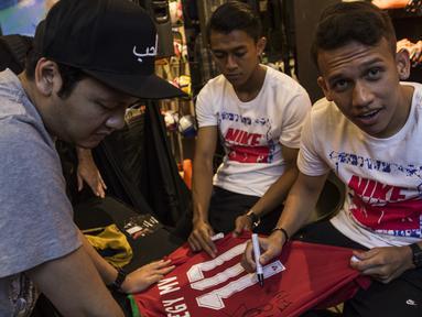Pesepak bola, Egy Maulana memberi tanda tangan saat peluncuran Nike Born Mercurial 360 di Fisik Football, Jakarta, Rabu (7/3/2018). Nike merilis model terbaru Nike Mercurial Superfly dan Vapor 360. (Bola.com/Vitalis Yogi Trisna)