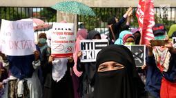 Massa peserta aksi 299 berkumpul di depan gedung MPR/DPR, Senayan, Jakarta, Jumat (29/9). Mereka menyuarakan  pencabutan Peraturan Pemerintah Pengganti Undang-Undang Nomor 2 Tahun 2017 tentang Organisasi Kemasyarakatan. (Liputan6.com/JohanTallo)